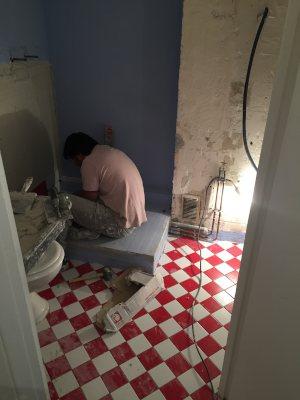 travaux douche avec ouvrier