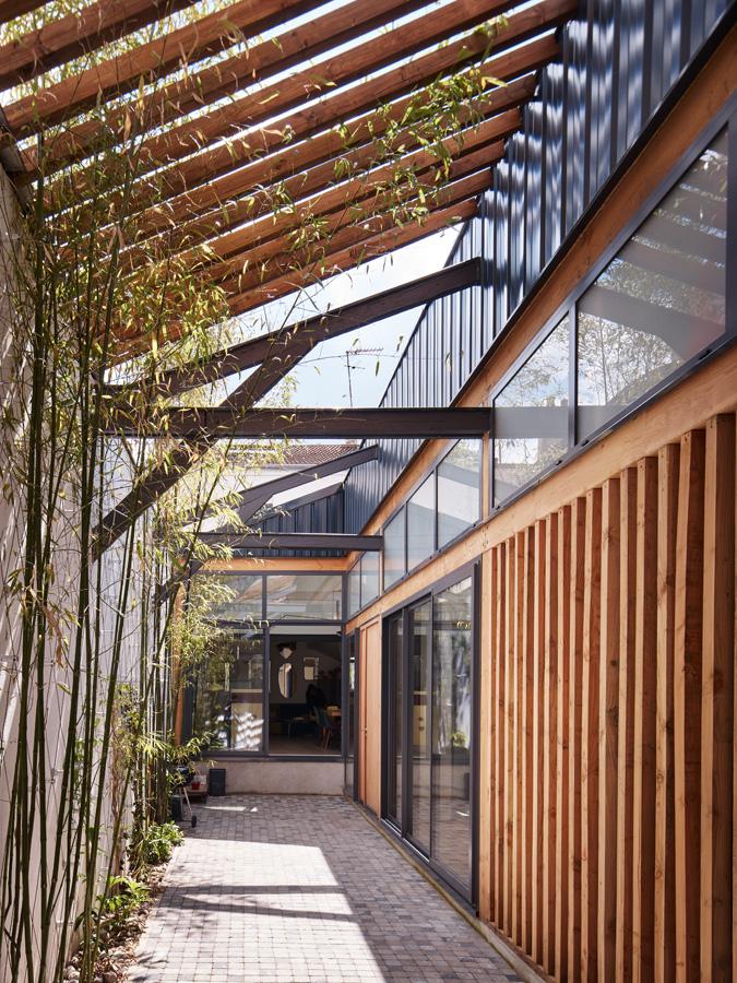 Construction maison de ville : baies vitrées et cour intérieure
