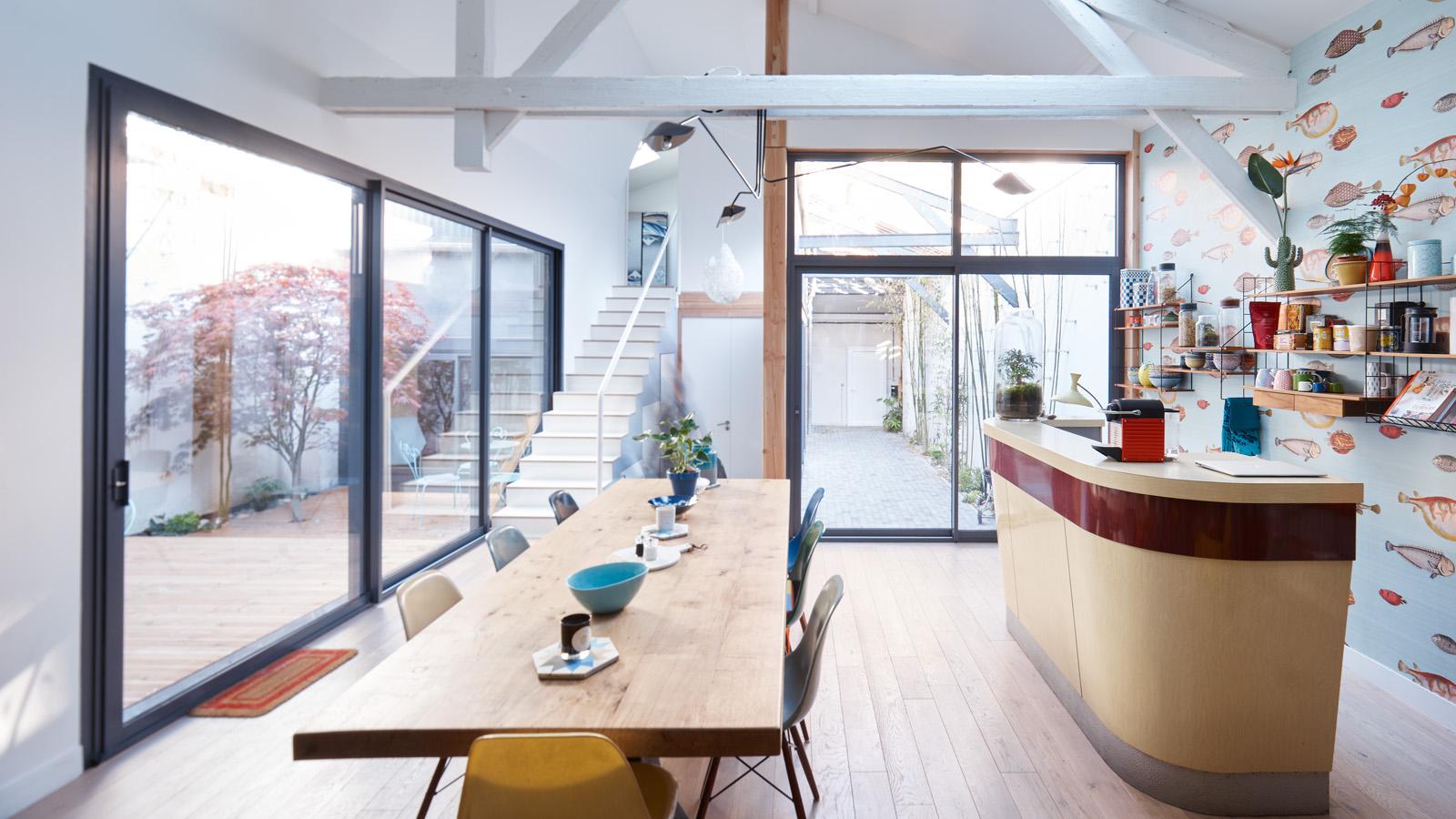 Construction maison de ville : escalier et cours extérieures