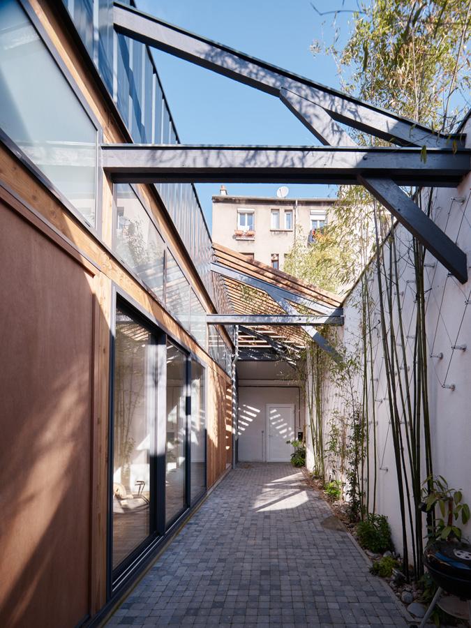 Construction maison de ville : charpente et cour intérieure